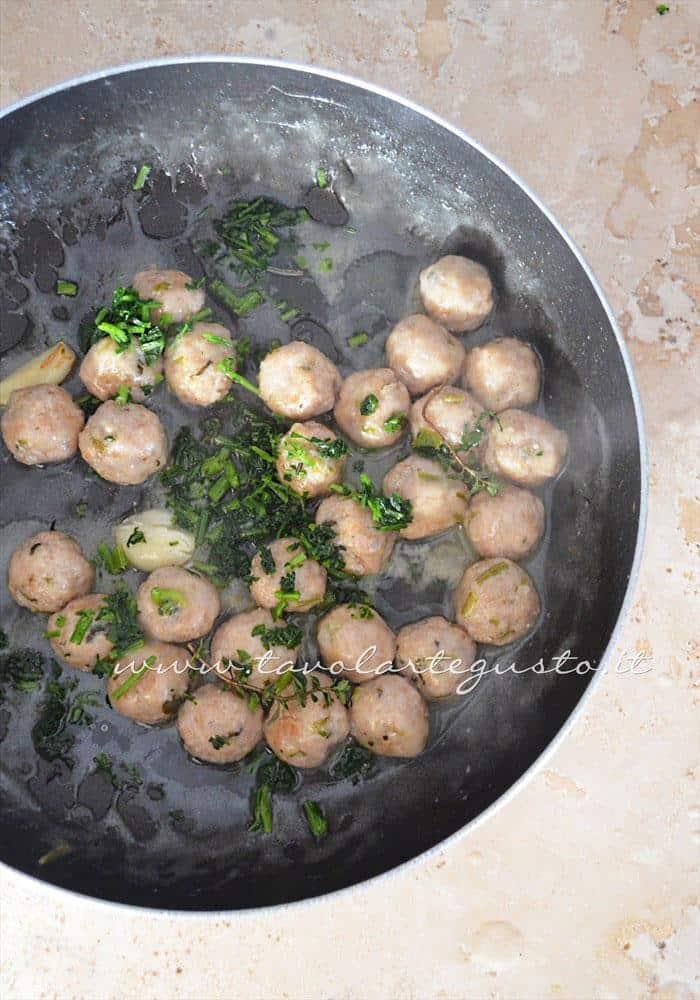 Aggiungere prezzemolo e succo di limone a fine cottura - Ricetta Polpette al limone
