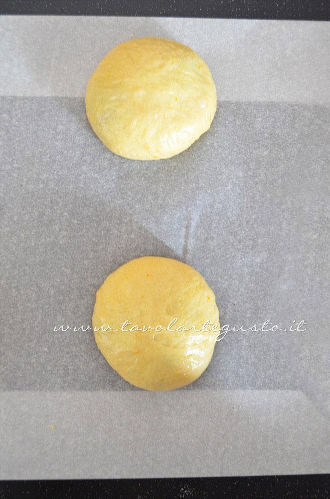 Brioche ripiena dopo la pirlatura in teglia - Ricetta Brioches ripiene