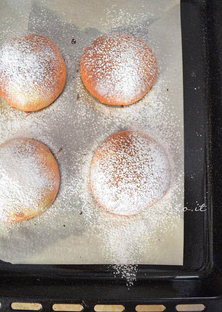 Brioches ripiene spolverizzate di zucchero a velo - Ricetta Brioches ripiene