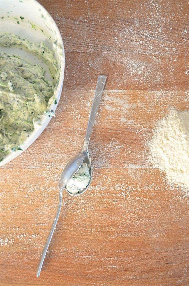 Come formare gli Gnocchi ricotta e spinaci - Ricetta Gnocchi ricotta e spinaci
