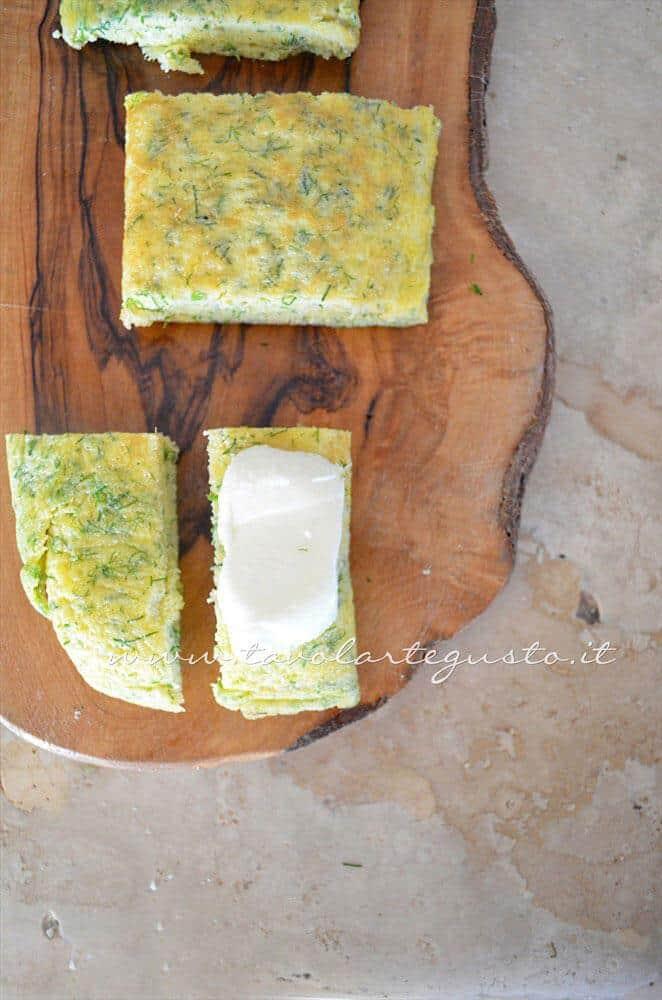 Dividere ogni pezzo in due - Ricetta Frittata light al finocchietto