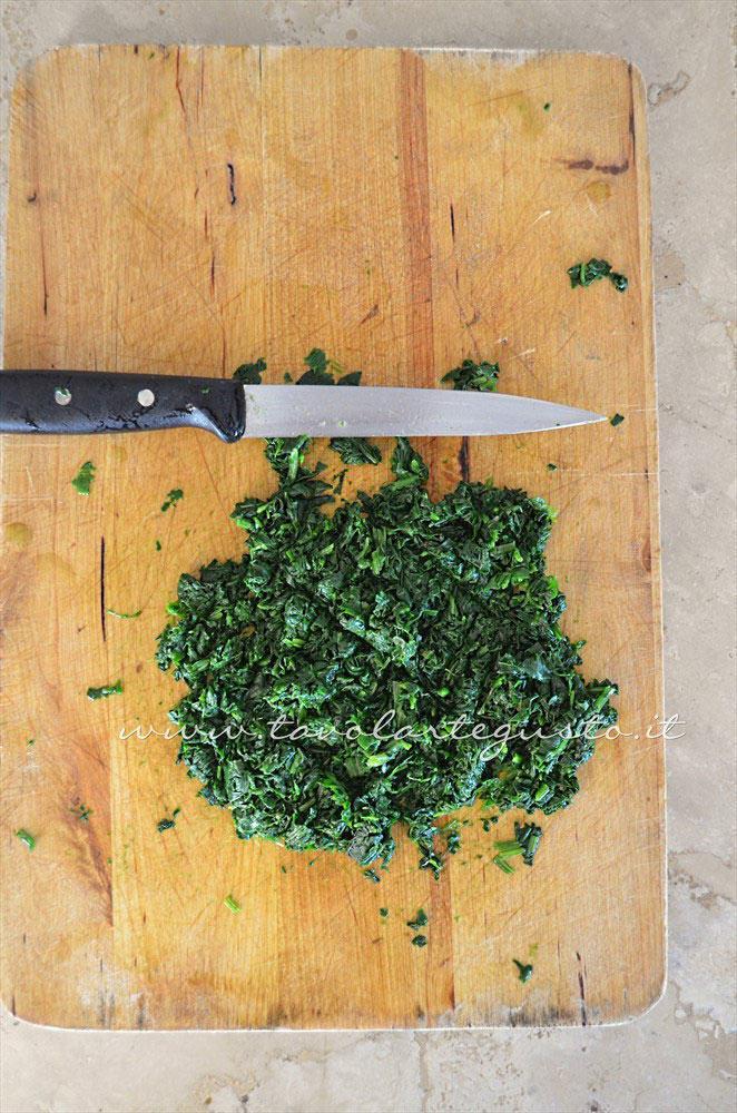 Sgocciolare e tritare gli spinaci - Ricetta Gnocchi ricotta e spinaci