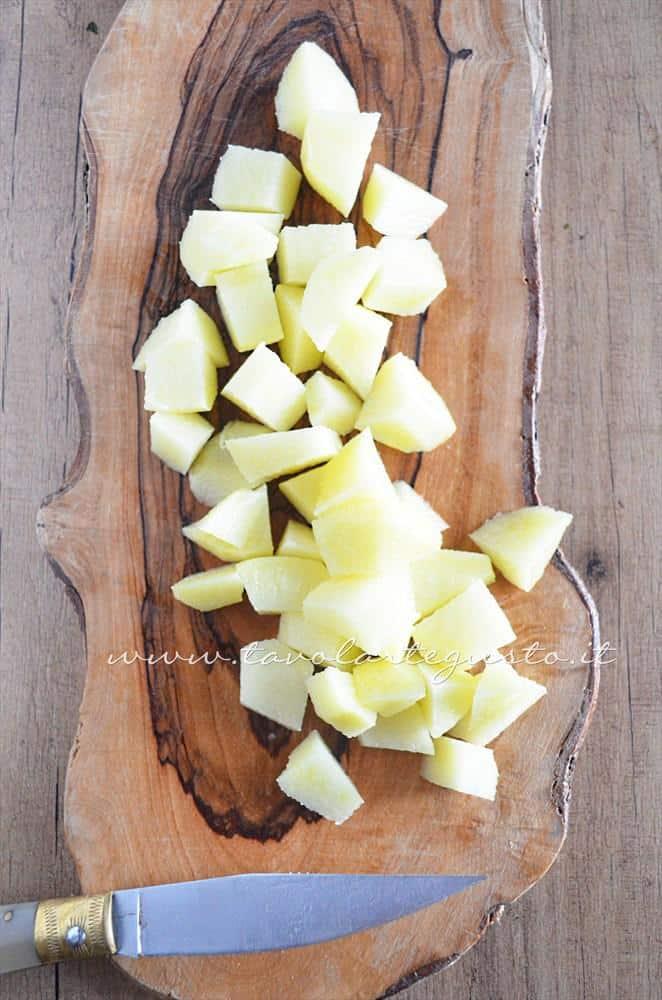 Tagliare a pezzettini le patate - Ricetta Vellutata di bietole con scamorza affumicata