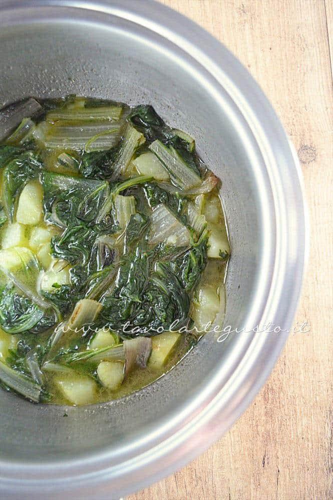 Verdure cotte pronte per essere frullate - Ricetta Vellutata di bietole con scamorza affumicata