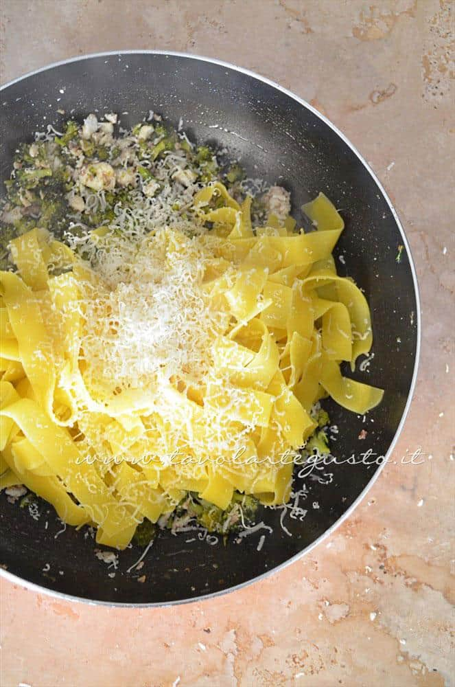 Aggiungere le pappardelle e pecorino in padella - Ricetta  Pappardelle con Pesce, Broccoli e Pecorino