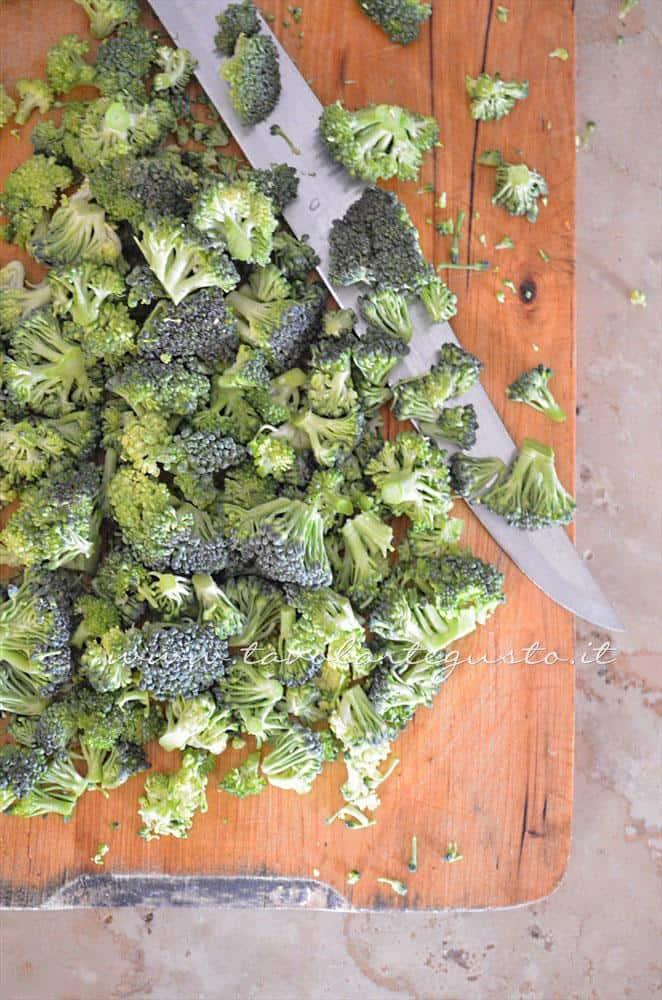 Pulire i broccoli siciliani e ridurli in cimette - Ricetta  Pappardelle con Pesce, Broccoli e Pecorino