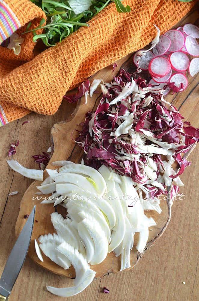 Affettare i finocchi e il radicchio - Ricetta Insalata di frutta e verdura