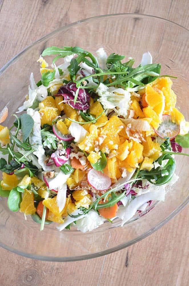 Aggiungere la granella di noci - Ricetta Insalata di frutta e verdura