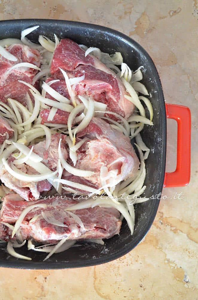 Aggiungere le cipolle affettate - Ricetta Agnello al forno con patate