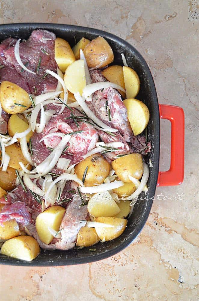 Aggiungere le patate novelle in teglia - Ricetta Agnello al forno con patate