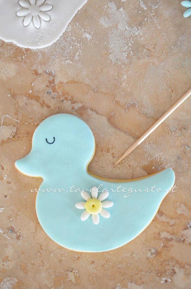 Assemblare i fiorellini sul pulcino -  Ricetta Biscotti di Pasqua Pulcini decorati in Pasta di Zucchero
