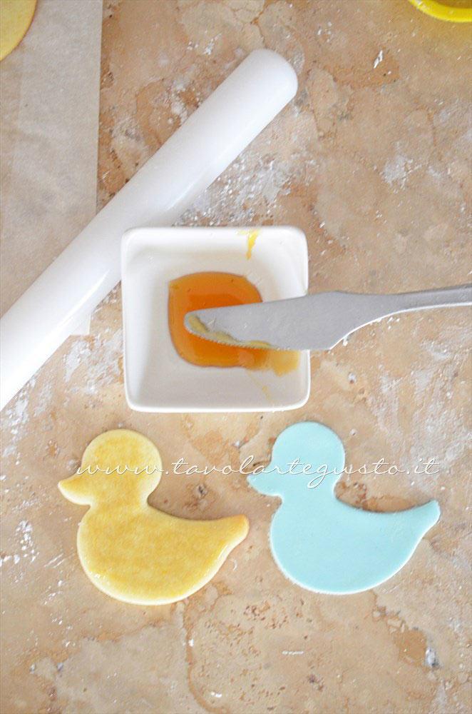 Intagliare la sfoglia di Pasta di zucchero realizzando i pulcini -  Ricetta Biscotti di Pasqua Pulcini decorati in Pasta di Zucchero
