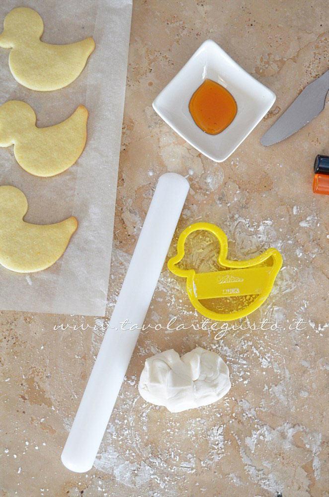 Preparare l'occorrente per decorare -  Ricetta Biscotti di Pasqua Pulcini decorati in Pasta di Zucchero