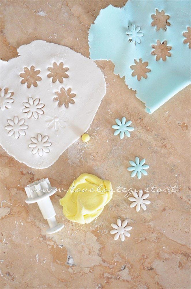 Realizzare fioriellini in pasta di zucchero -  Ricetta Biscotti di Pasqua Pulcini decorati in Pasta di Zucchero