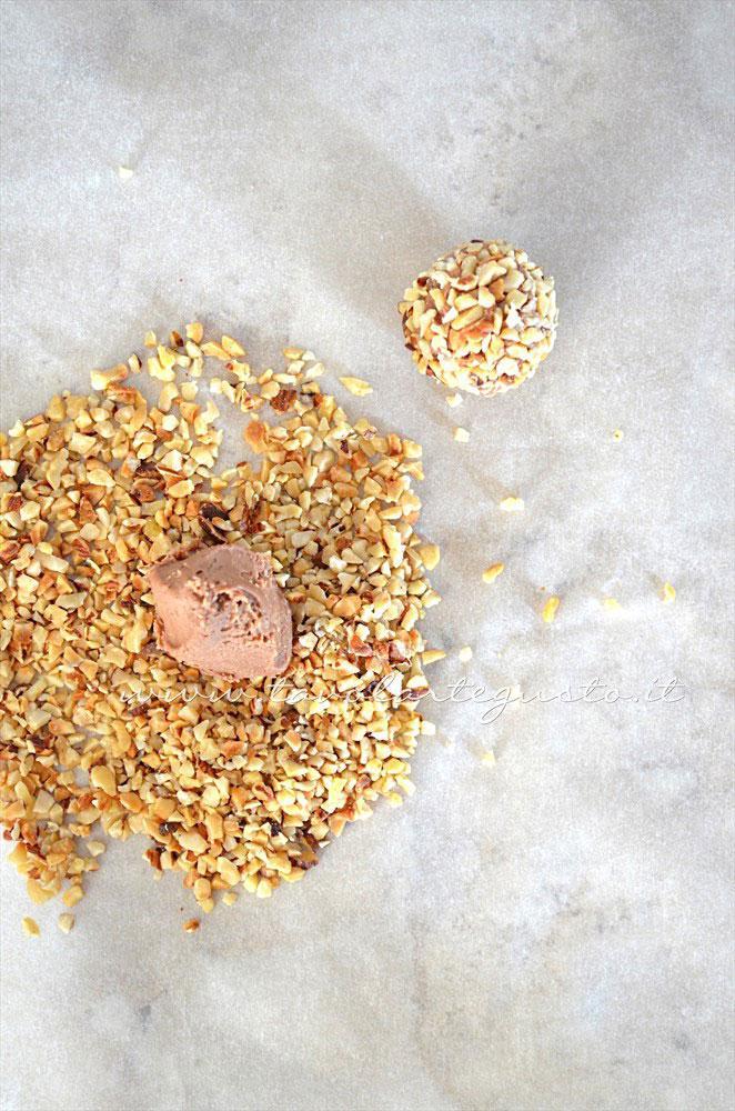 Ricoprire i Tartufi di granella di nocciole - Ricetta Tartufi al cioccolato al latte e nocciole