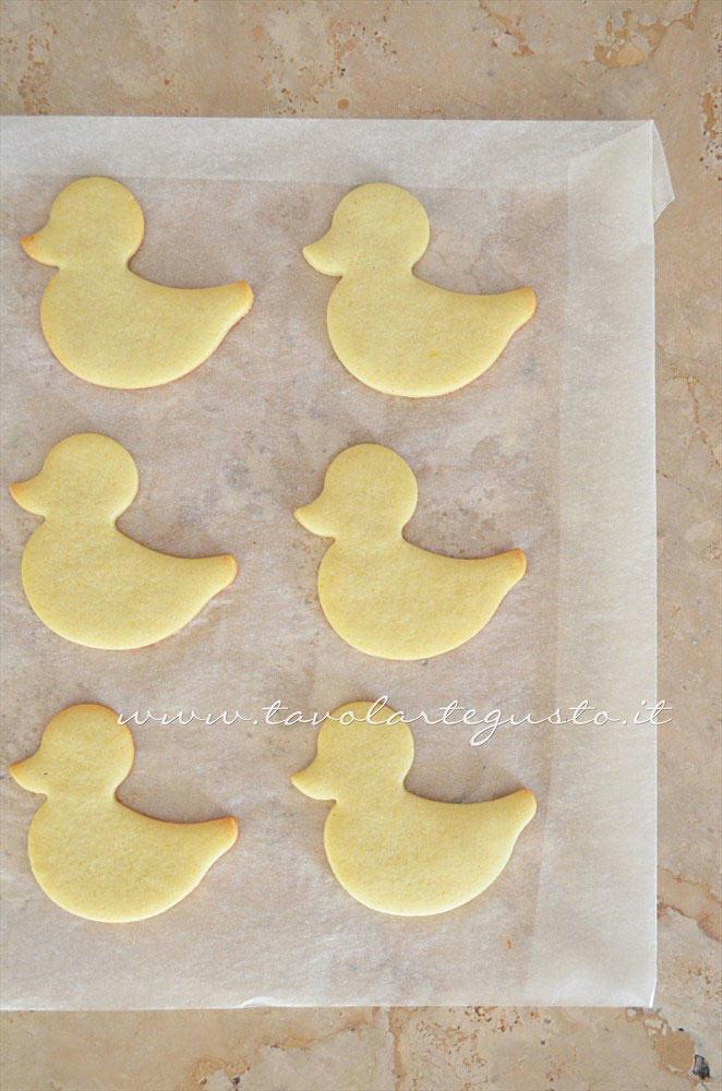 Sformare i pulcini e lasciate raffreddare -  Ricetta Biscotti di Pasqua Pulcini decorati in Pasta di Zucchero