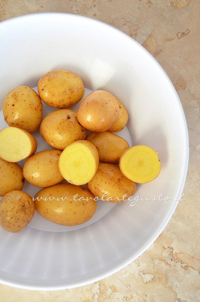 Tagliare le patate novelle - Ricetta Agnello al forno con patate