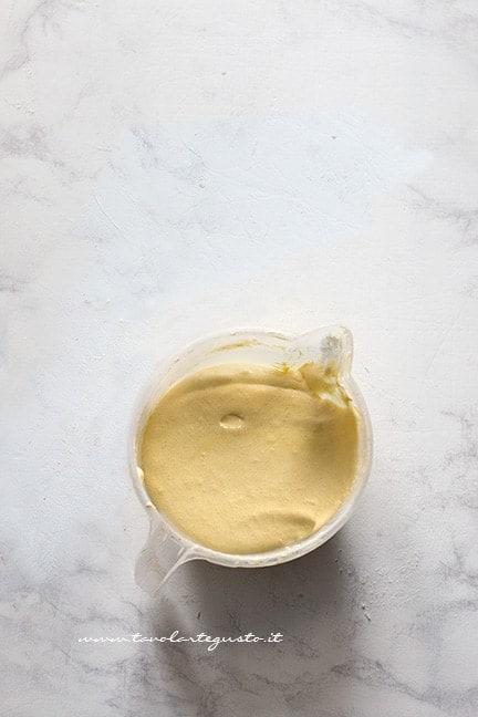 incorporare la farina al composto di uova - Ricetta Crema pasticcera