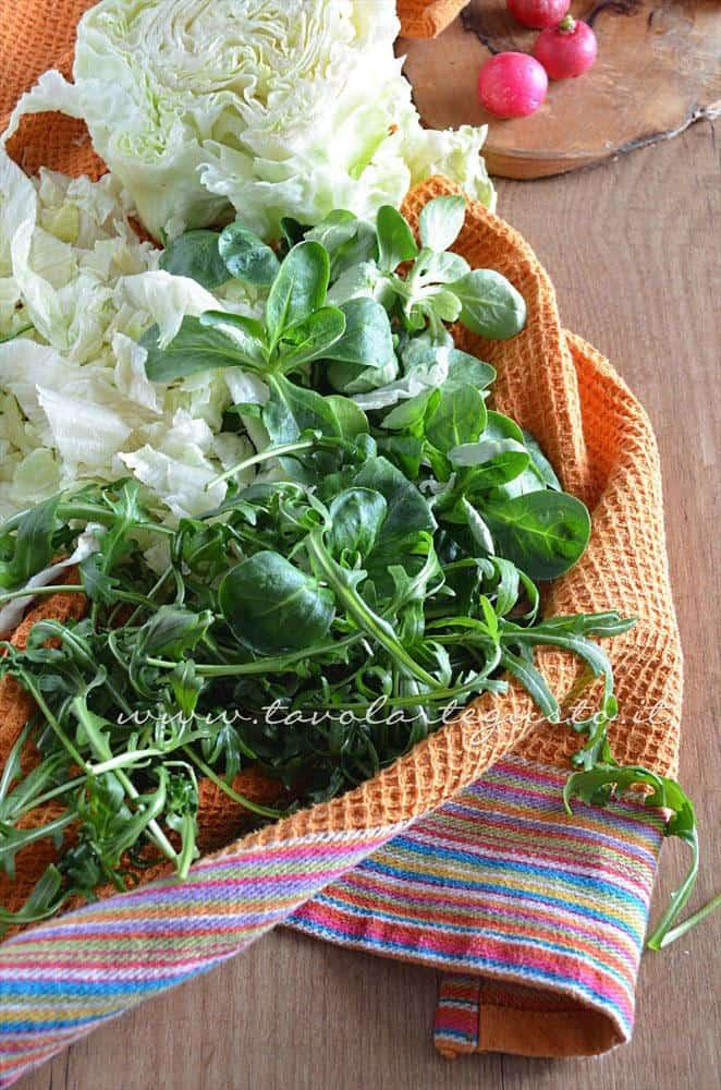 lavare l'iceberg, songino e rucola - Ricetta Insalata di frutta e verdura
