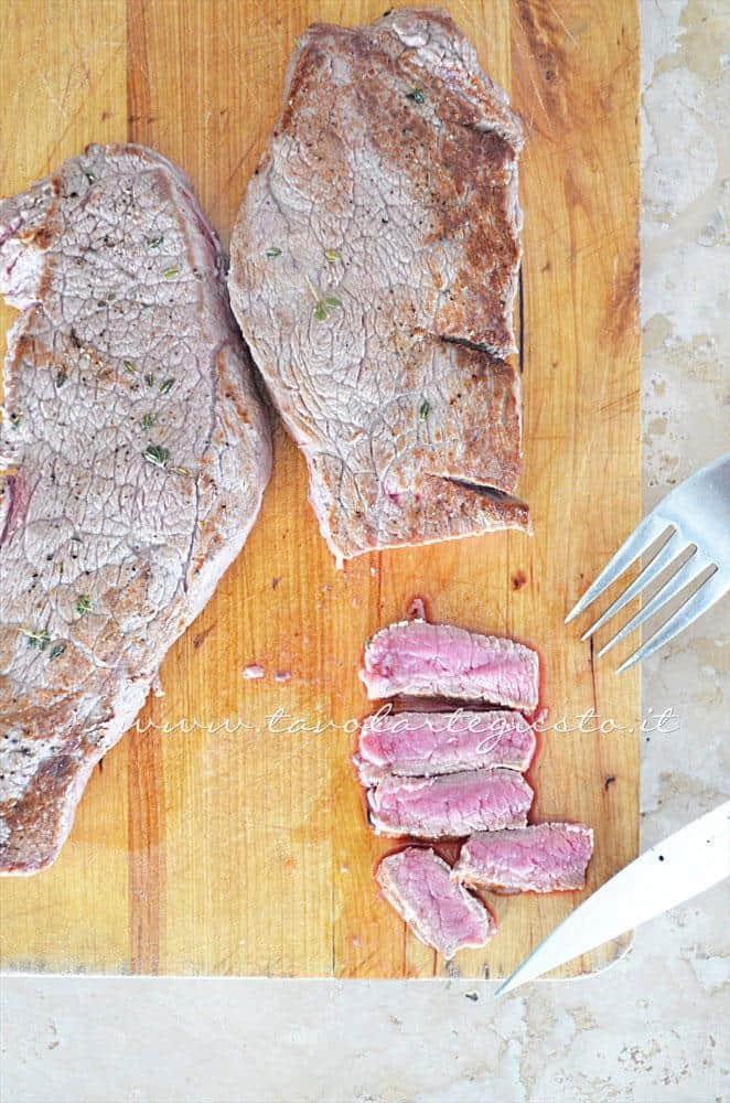 Affettare la Tagliata appena cotta - Ricetta Tagliata di manzo timo pepe e grana