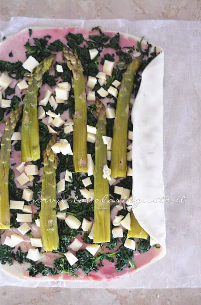 Aggiungere il formaggio a cubetti e arrotolare la sfoglia - Ricetta Strudel di verdure