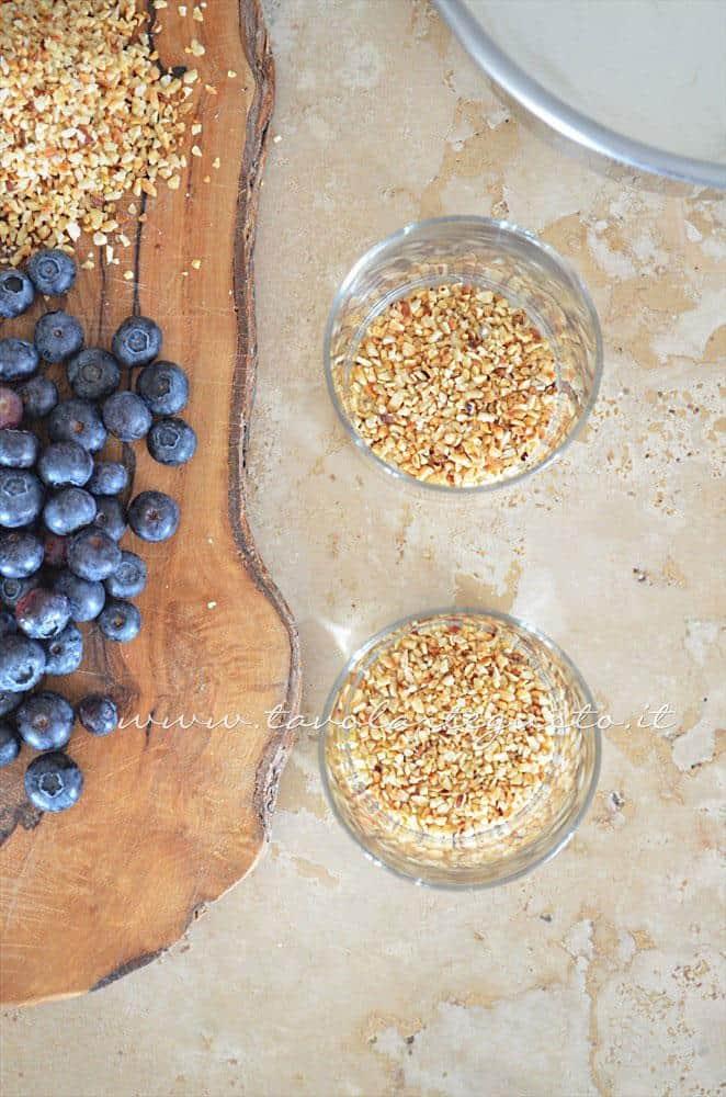 Assemblare gli strati - Ricetta Coppe yogurt chantilly e mirtilli