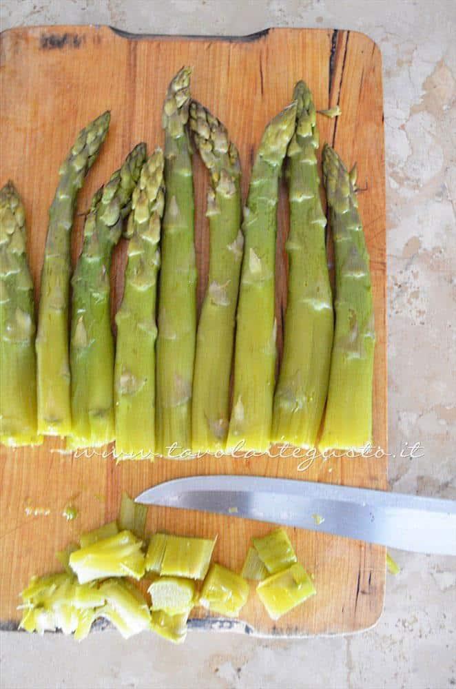 Eliminare le punte più dure - Ricetta Strudel di verdure