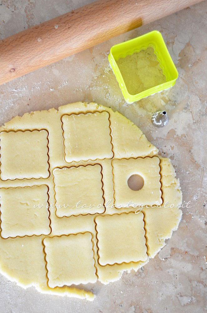 Stendere la sfoglia e intagliare i biscotti -  Ricetta Biscotti per colazione Campagnole home made
