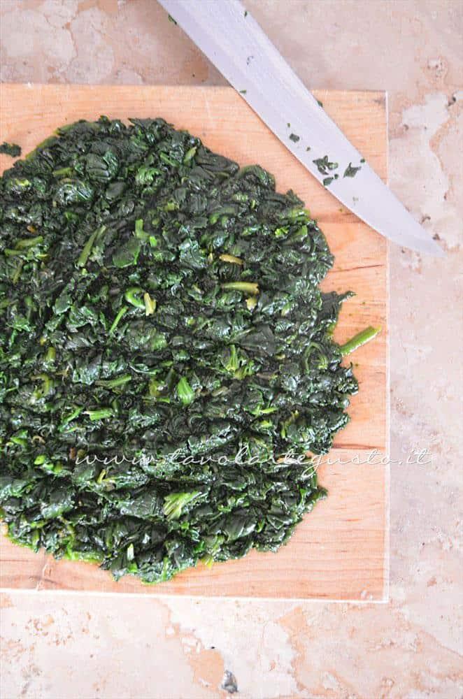 Strizzare gli spinaci e tritarli - Ricetta Strudel di verdure
