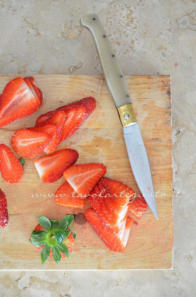 Affettare le fragole - Ricetta Crostatine di pasta sfoglia alle due creme e frutti rossi