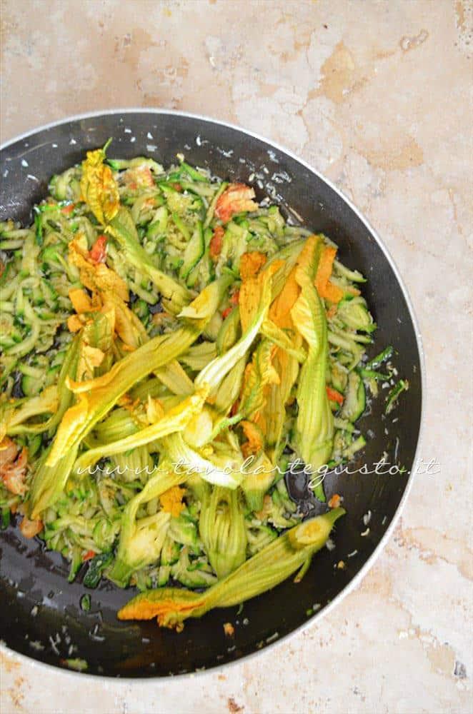 Aggiungere i fiori di zucca - Ricetta Calamarata con grnachio zucchine e fiori di zucca