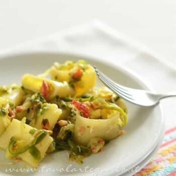 Calamarata con granchio zucchine e fiori di zucca - Ricetta Calamarata con granchio