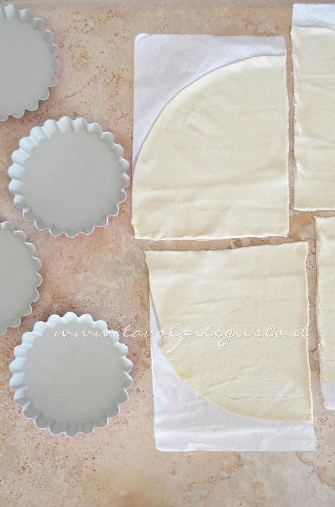 Dividere la pasta sfoglia in 4 parti - Ricetta Crostatine di pasta sfoglia alle due creme e frutti rossi