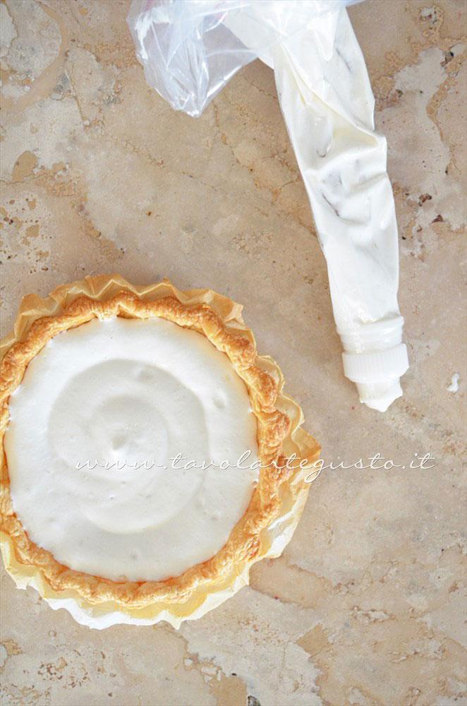 Farcire ogni crostatina con un fondo di crema al latte - Ricetta Crostatine di pasta sfoglia alle due creme e frutti rossi
