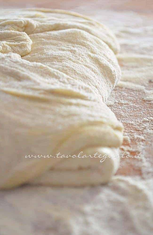 Fare le pieghe all'impasto 2 - Ricetta Pizza bianca col poolish
