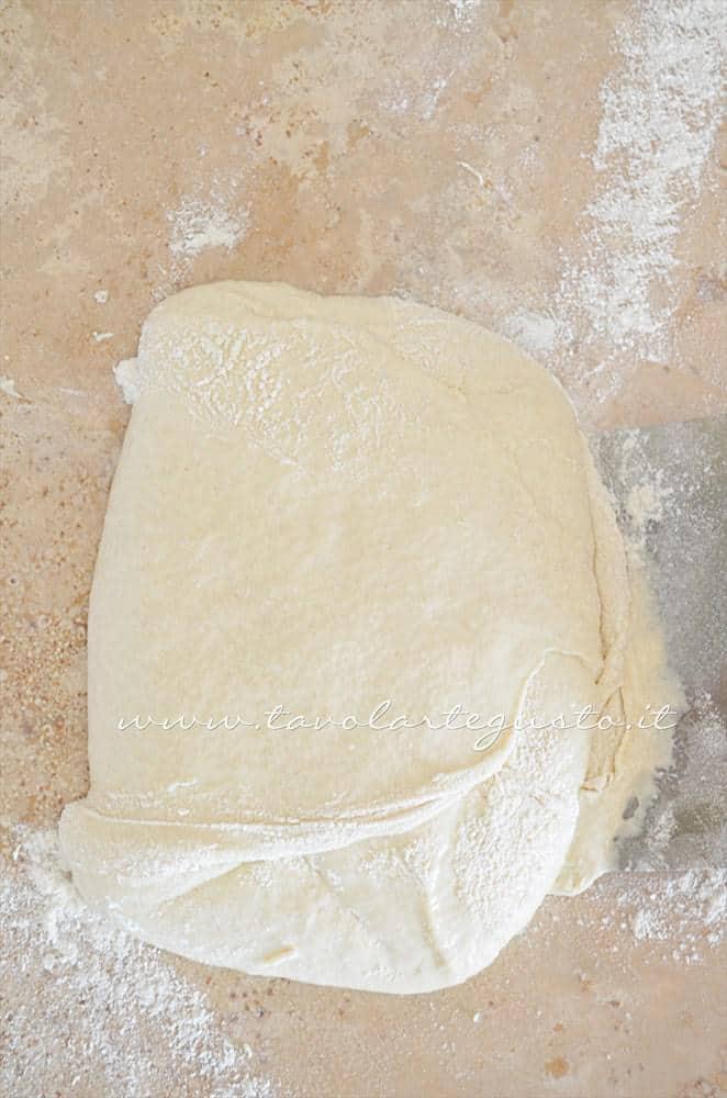 Incordare a mano la Pizza 3 - Ricetta Pizza bianca col poolish
