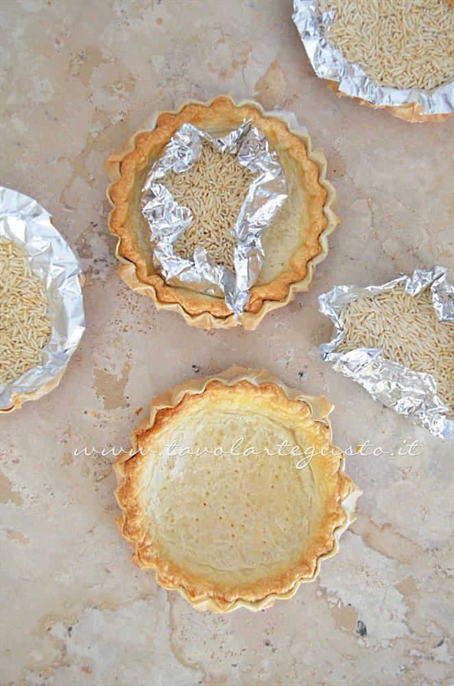 Le Crostatine di pasta sfoglia appena cotte - Ricetta Crostatine di pasta sfoglia alle due creme e frutti rossi