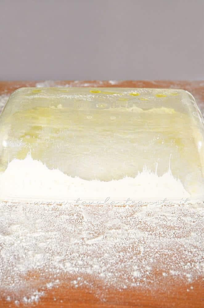 Rovesciare l'impasto lievitato sulla pala (spianatoia) - Ricetta Pizza bianca col poolish