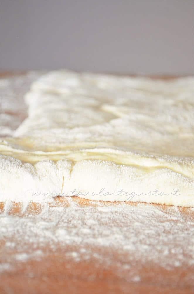 Stendere la pizza - Ricetta Pizza bianca col poolish