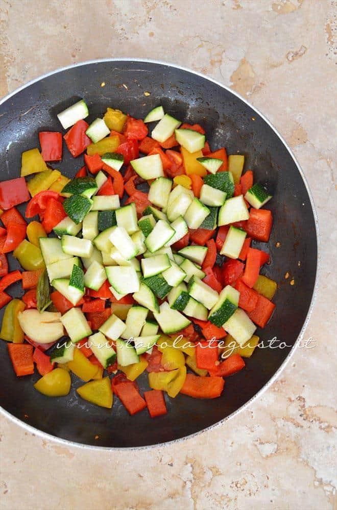Aggiungere le zucchine - Ricetta Omelette verdure e yogurt