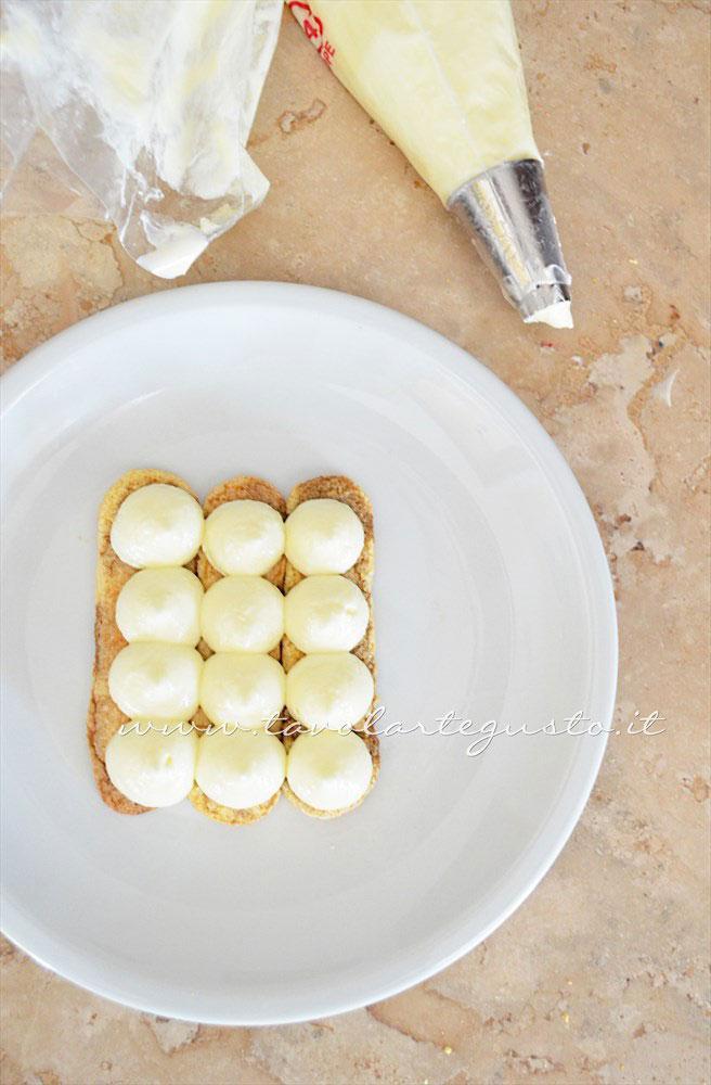 Assemblare il Tiramisù nel piatto(1)- Ricetta Tiramisù senza uova
