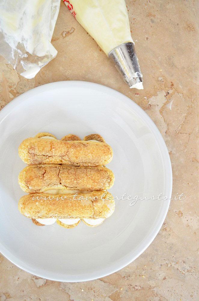 Assemblare il Tiramisù nel piatto(2)- Ricetta Tiramisù senza uova