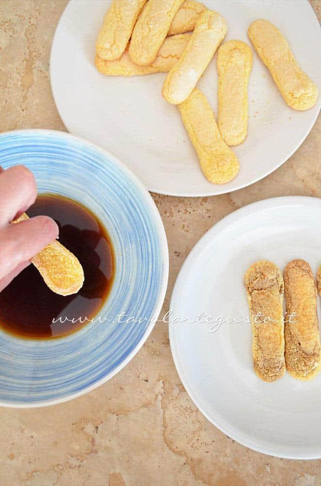 Bagnare i Savoiardi nel caffè - Ricetta Tiramisù senza uova