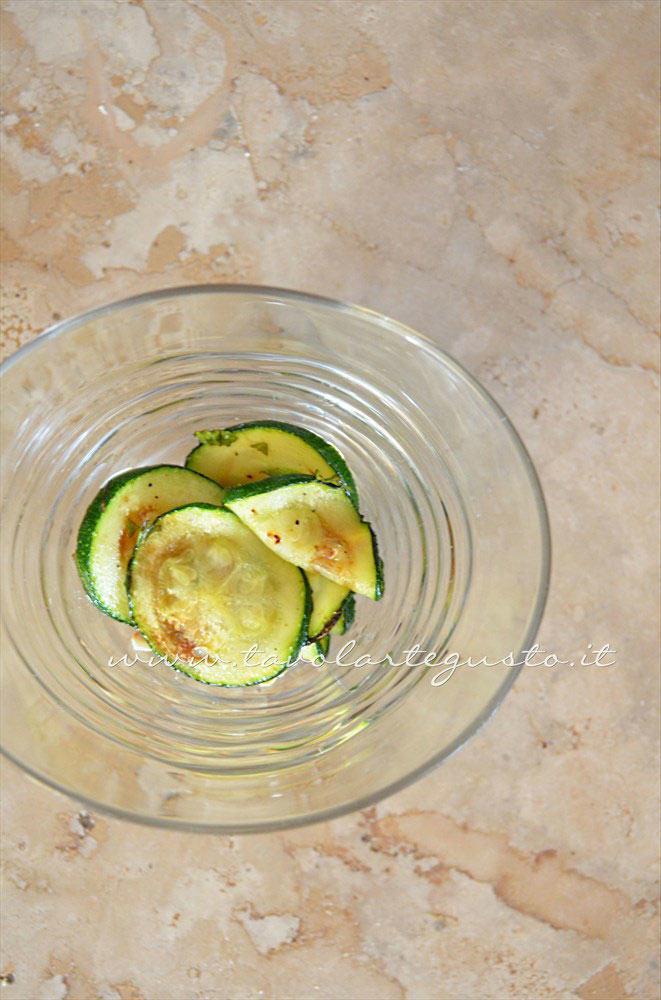Comporre l'insalata nelle coppette (2) - Ricetta Insalata di Borlotti con zucchine e nocciole
