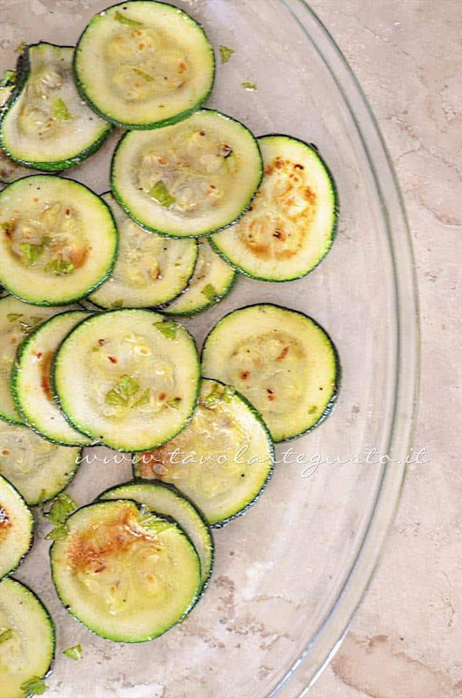 Condire le zucchine - Ricetta Insalata di Borlotti con zucchine e nocciole