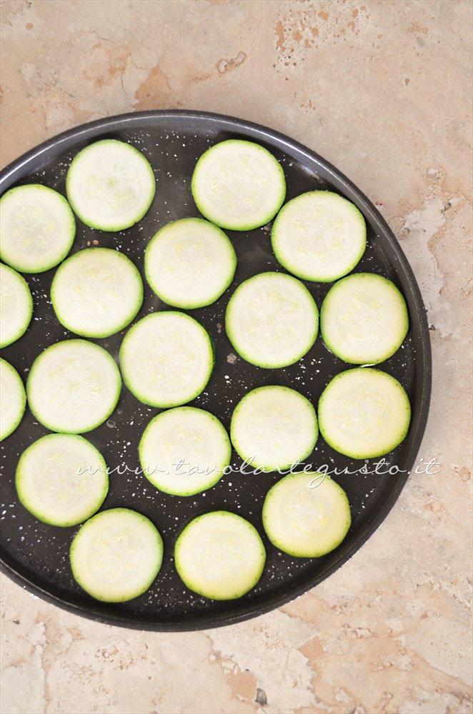 Grigliare le zucchine - Ricetta Insalata di Borlotti con zucchine e nocciole