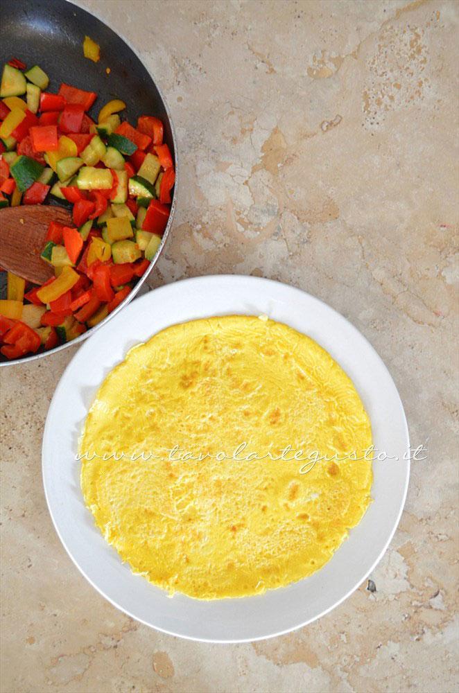 Omelette pronta per essere riempita - Ricetta Omelette verdure e yogurt