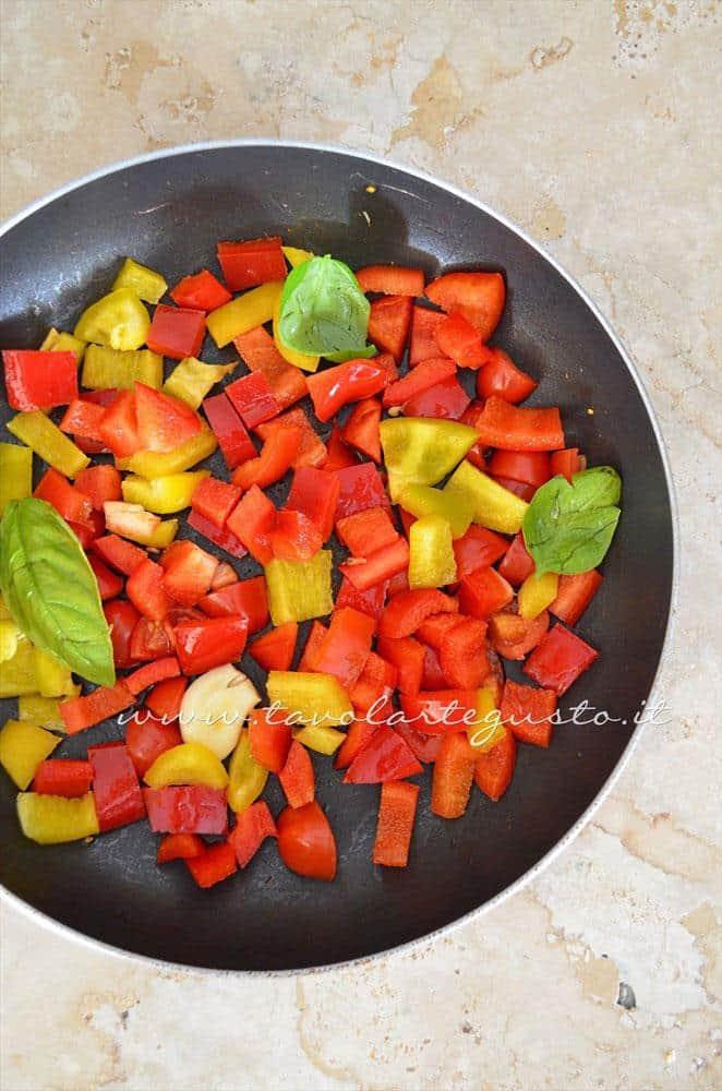 Saltare i peperoni in padella - Ricetta Omelette verdure e yogurt