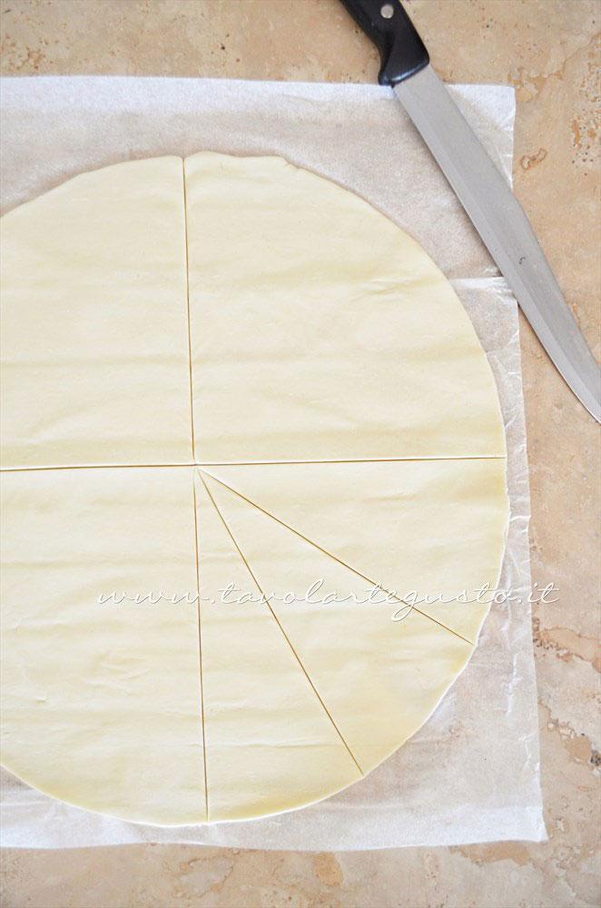 Tagliare a spicchi la pasta sfoglia tonda - Ricetta Croissant di pasta sfoglia