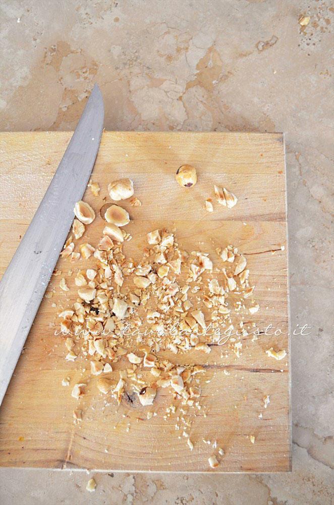 Tritare le nocciole - Ricetta Insalata di Borlotti con zucchine e nocciole